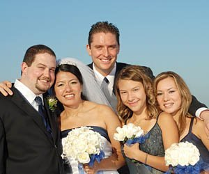 novios e invitados a la boda