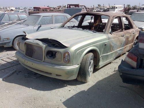 coches de lujo en el desguace