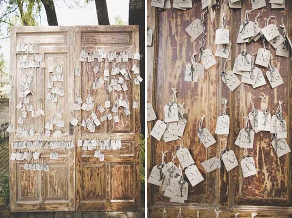 Escort Cards en una puerta antigua