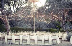 iluminación de boda con bombillas al aire
