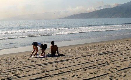 pareja en la playa de los angeles