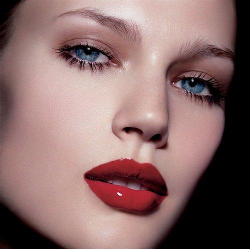 maquillate con labios rojos
