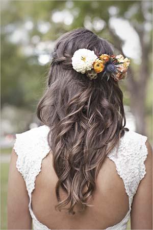 Cabello suelto con trenza y flores
